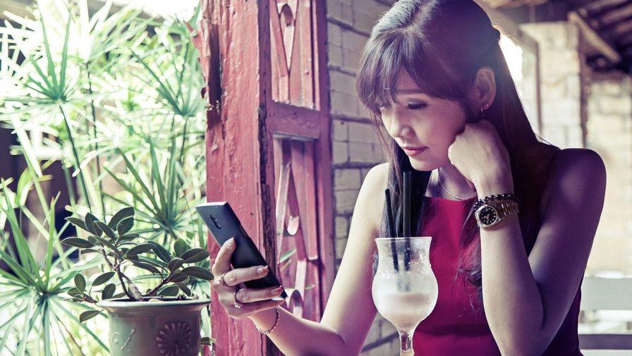 chica usando wifi en una terraza